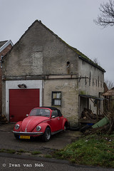 Who took the wheel? (Ivan van Nek) Tags: rijksweg winneweer groningen thenetherlands blaudzun whotooktheweel provinciegroningen cars car auto pkw voiture kever volkswagenkever beetle volkswagen coccinelle käfer redcar ruraldecay missingwheel maintenance repairs