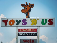 Toys R Us (Vintage 80's Icon) Tags: weismarket weis retroretail departmentstore store retailstore retail shoecarnival acmoore toysrussign signage sign advertisingcharacters advertising geoffreythegiraffe geoffrey altoonapa altoona toysrusaltoona toys toystore tru toysrus
