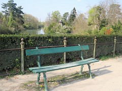 Single bench in the Bois de Boulogne (Paris) (Sokleine) Tags: bench banc vert green boisdeboulogne nature 1mois 1thème trees arbres lac lake paris france