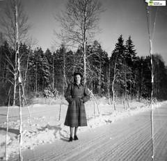 tm_8084 (Tidaholms Museum) Tags: svartvit positiv blackandwhite kvinna vinter snö landsväg vinterkläder snow winter woman