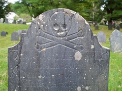 2018.09.23-16.28.29 (Pak T) Tags: cemetery crossbones grave graveyard groton headstone lawrence massachusetts oldburyingground skull skullcrossbones skullandcrossbones