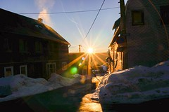 Blendenstern der Abendsonne (A.K. 90) Tags: sonyalpha6300 e18135mmf3556oss cloudssunsetsstormssunrise blendenstern sun sonnenstrahl sonnenuntergang sonne city street stadt strase winter light shadows licht schatten snow schnee bluesky blauerhimmel