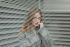 Rebeca (Andrea García Louzao) Tags: retrato mujer chica pelo pelirroja cara expresión líneas gris reflejo cristal modelo sesión