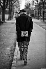 La grande librairie (Mathieu HENON) Tags: leica leicam noctilux 50mm m240 monochrome laphotodulundi nb bw bnw noirblanc blackwhite france paris 6èmearrondissement jardinduluxembourg allée vieuxmonsieur livre bouquin promenade elsatriolet huguettebouchardeau écrivain écrivaine femmedelettres chapeau présentoiràlivre