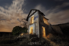 Ecos del pasado. (Carlos Server Photography) Tags: canon5dmark3 canonespana fotografíanocturna nightscapes nightphotography ruinas casa nubes cielo ruins house abandoned abandono sky clouds lights longexposure largaexposición moonlight samyang14mm