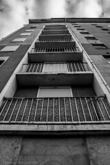 Alès Pres st jean-8592 (YadelAir) Tags: alès immeuble destruction pelleteuse débris démolition rue noiretblanc habitat hlm