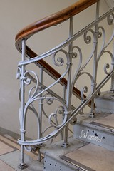 Richtungswechsel (Sockenhummel) Tags: 10 mecklenburgischestrase rudolfmossestrasse treppe treppenhaus staircase stairs escaliers architektur s geländer railing handlauf
