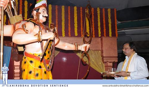Sadguru Shree Aniruddha performing aarti of Shree Kiratrudra during Shree Aniruddha Pournima at Shri Harigurugram | श्रीअनिरुद्ध पौर्णिमेस श्रीहरिगुरुग्राम येथे भगवान श्रीकिरातरुद्राची आरती करताना सद्गुरु श्रीअनिरुद्ध बापू