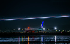 united flight ua 930 holding for takeoff to heathrow (pbo31) Tags: bayarea california nikon d810 color night black dark january 2019 boury pbo31 city lightstream motion traffic reflection sanfranciscointernational sfo plane airline aviation flight travel millbrae sanmateocounty united departure london boeing 777