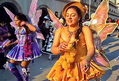 Come fly with me... (gerard eder) Tags: world travel reise viajes america southamerica südamerika sudamérica sudamerica latinamerica bolivia people peopleoftheworld fiesta carnaval carnival städte street streetlife streetart streetperformance outdoor