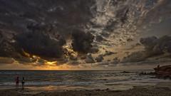 Contemplando la alborada (Fotgrafo-robby25) Tags: alicante amanecer costablanca gente marmediterráneo nubes rocas sol sonyilce7rm3