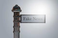 Fake_News-auf-Wegweiser-Schild (Christoph Scholz) Tags: fake news fakenews fälschung falschmeldung hetze rechte internet gruppen chat manipulation täuschung soziale medien trump donald