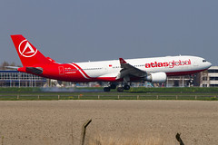 TC-AGL, Airbus A330-203 AtlasGlobal (Freek Blokzijl) Tags: tcagl airbus airbusa330 a330203 atlasglobal widebody arrival aankomst touchdown landing landingsbaan runway kaagbaan rwy06 afternoon sunnyday amsterdamairport schiphol eham ams spotting luchthaven planespotting vliegtuigspotten canon eos7d 70200l28isusm springtime april2019