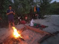 Вечернее купание, горит костер, до реки всего 8-10 метров. Приятны вечерние хлопоты!