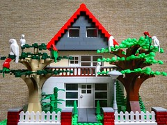 Family house (HFF) (sander_sloots) Tags: house huis moc building bricks trees fence lego stenen bomen family eengezinswoning plants home birds vogels panasonic dctz90 lumix lantaarnpaal lamppost