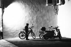 PAUSA (Ankar403) Tags: ckandwhite bnw bw monochrome kontrast contrast gegenlicht shadow schatten silhouette architecture architektur building perspektive perspective candid street streetphotographer streetphotography hanover city stadt streetphotographde unposed streetshot persone steet woman