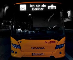 As John F. Kennedy said in 1963, I'm a Berliner! (ANBerlin) Tags: licht lights led busstop spiegelung mirroring reflektion reflection ausergewöhnlich extraordinary struktur structure abstrakt abstract drausen outdoor infrastruktur infrastructure gelb yellow selektiv selective farbspritzer colorsplash akzent accent spritzer splash schlüsselfarbe keycolour keycolor singlecolor nacht night ichbineinberliner bus weilwirdichlieben bvg städtisch urban stadtleben stadtansichten cityscape citylife stadt city biancoenero noiretblanc schwarzweis blackwhite sw bw deutschland germany berlin biesdorf anb030 shotoniphone iphotography iphonography 8plus iphone8 iphone apple