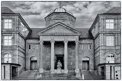 Wiesbaden - Landesmuseum (J.Weyerhäuser) Tags: ostermarkt rheinmaincc wiesbaden landesmuseum museum architektur architecture portal treppe aufgang sw bw