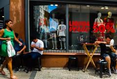 liquidação (lucia yunes) Tags: rua cenaderua fotoderua fotografiaderua mobilephotography mobilephoto streetphoto streetshot streetphotography streetmarket streetlife lifeinstreet lifestreet lifestyle motoz3play luciayunes