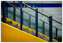 Blau mit Gelb   blue with yellow (frodul) Tags: architektur detail geländer gestaltung innenansicht konstruktion linie stair stairrail stairway step treppe münchen blau gelb nordfriedhof diagonale ubahnstation bayern deutschland stufe yellow blue