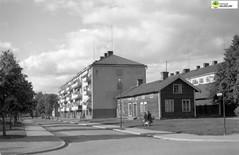 tm_6386 - 1952 (Tidaholms Museum) Tags: svartvit positiv stadsvy stadsgata vägvisare bostadshus personbil fordon 1952 1950talet