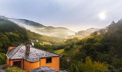 Taramundi (Miguel Mora Hdez.) Tags: roja paisaje landscape cielo sky monte montaña arboles bosque casa aldea pueblo asturias taramundi llan españa spain nikon d90 lighroom 18140 nube niebla