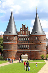 Holstentor, Lübeck, Germany (廖法蘭克) Tags: lübeck germany 呂北克 德國 canon canon6d frank frankineurope frankingermany photographer photography photograph travel family holiday vacation relax sunny sunshine unesco unescoworldheritage 世界文化遺產 old oldtown 旅行 canonef70200mmf4lisusm holstentor 霍爾斯滕門 hansa hanseaticleague 漢薩同盟 漢薩同盟首都 leadingcityofthehanseaticleague historical historicalbuilding 歷史建築 歷史聚落