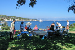 Picnic en Cap d'Antibes (Micheo) Tags: costaazul antibes picnic comida familia group mediterráneo azul familyamigos friends blue agua mar sea costa coast shore