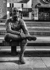 The Man on The Bench in Fort William (zeon7) Tags: fort william fortwilliam scotland thehighlands statue man bench blackandwhite