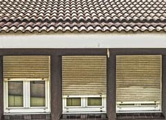 LAS TRES VENTANAS (Itziar Durana) Tags: bilbao paredes ventanas persianas composicion