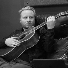 #Repost @ammmofficial: Not sure what this guitar said about Zach's mama, but I hope it apologized... @zmyersofficial #ammm 📷 @harryreesephoto #ZachMyers #Shinedown #AllenMackMyersMoore (AllenMackMyersMooreNation) Tags: allen mack myers moore ammm