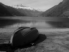 Boat (Romi Corte) Tags: boat barca lake water landscape beach mountains