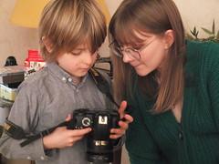 DSCF0970 (Benoit Vellieux) Tags: photographer nikon camera singlelensreflex slr jeunegarçon youngboy junge femme weib woman petitfils enkel grandson niece nichte