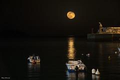Xixili y la luna. (unai_urresti) Tags: luna moon xixili bermeo paisaje paisajes paisvasco basquecountry bizkaia nocturna canon canon77d mar marcantabrico barcos sea night sigma sigma18250 18250 puerto port landscape landscapes