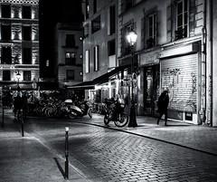un vent de face (christiandumont) Tags: monochrome streetphotography streetphoto streetlife street blackandwhite blackwhite bw nb noiretblanc night nuit rue x100f fujifilm