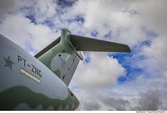 Sob as nuvens, detalhes da empenagem do KC-390, a nova aeronave de transporte da Força Aérea Brasileira (Força Aérea Brasileira - Página Oficial) Tags: 2019 brazilianairforce fab kc390 aeronave aeronavedetransportedecarga aviacao aviacaodetransorte aviao campogrande carga cargeuri ceu ceuazul forcaaereabrasileira fotobrunobatista matogrossodosul nuvens