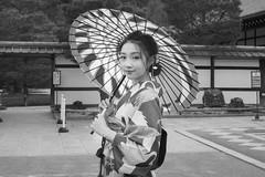 Street portrait (Andrew Allan Jpn) Tags: street kyoto japan yukata kimono umbrella parasol travel pentax da40 k3 monochrome smile beauty monalisa cute eyecontact spiral streetportrait