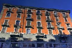 Mietspiegel (ploh1) Tags: mailand milano italien ticinese haus kanal spiegelung wasser bauwerk reflexion architektur europa rot blau sonnig schöneswetter