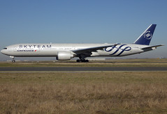F-GZNN, Boeing 777-328(ER), 40376 / 1013, Air France, Skyteam livery, CDG/LFPG 2019-02-15, taxiway Bravo-Loop. (alaindurandpatrick) Tags: af afr airfrans airfrance airlines skyteam airlinealliances specialliveries 403761013 777 773 777300 777328 boeing boeing777 boeing777300 boeing777328 jetliners airliners cdg lfpg parisroissycdg airports aviationphotography