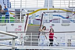 (Cindy en Israel) Tags: crucero robado cándida candid personas gente mujeres hombre escalera escalones baranda blanco viaje paseo tour turismo vacaciones barco