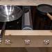 Leere Bratpfannen auf Kochfeld mit digitalen Reglern und integriertem Dunstabzug von Bora