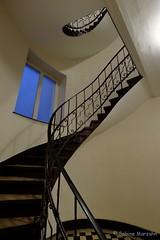 Schwung nach oben (Sockenhummel) Tags: treppe treppenhaus hausflur architektur architecture geländer railing handlauf staircase stairwell stairs escaliers stufen steps architekture wohnaus miethaus wendeltreppe fuji xt10