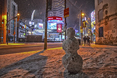 Things you don't expect to see in the downtown core of Toronto. A Snow Person! (A Great Capture) Tags: agreatcapture agc wwwagreatcapturecom adjm ash2276 ashleylduffus ald mobilejay jamesmitchell toronto on ontario canada canadian photographer northamerica torontoexplore winter l'hiver 2019 city downtown lights urban night dark nighttime cold snow weather cityscape urbanscape eos digital dslr lens canon 70d sigma scenery scenic outdoor outdoors outside streetphotography streetscape photography streetphoto street calle darkness nocturnal illuminate lighting eaton centre dundas victoria sign signs neige schnee