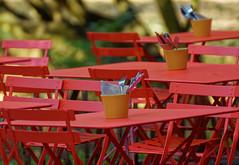 Les Places Rouges étaient vides ...  - The Red Squares were empty ... (p.franche On - Off) Tags: sony sonyalpha65 dxo photolab bruxelles brussel brussels belgium belgique belgïe europe pfranche pascalfranche schaerbeek schaarbeek parcjosaphat josaphatpark chaises rouge vide couverts tables restaurant métal fer bokeh dof imaginaire solitaire solitude chairs red empty cutlery metal iron fantasy lonely loneliness color couleur parc park