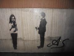 1170 (en-ri) Tags: bambina bambino ragazzina ragazzino little girl boy nero spray stencil torino wall muro graffiti writing