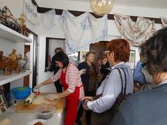 Olinka Lukačovičová pri pečení makovníka a orechovníka