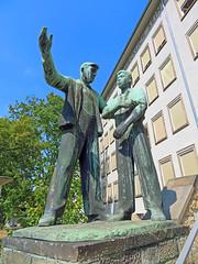 """Dresden - Skulptur """"Bauarbeiter und Lehrling"""" (www.nbfotos.de) Tags: dresden bauarbeiterundlehrling güntzstrase statue skulptur sculpture bronzeskulptur bronze sachsen"""