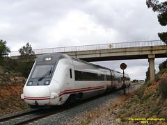 Tren de media distancia de Renfe (Regional Madrid-Valencia) a su paso por REQUENA (Valencia) (fernanchel) Tags: spain elrebollar requena поезд bahnhöfe railway station estacion ferrocarril tren treno train md mediadistancia regional c3 s599 puente pont bridge