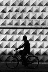 Ferrara (Fulvio Frioli) Tags: ferrara italia nikon nikkor bw bianco nero white black bike bici diamanti noir palazzo street urban city 50mm light shadow luce