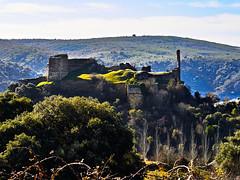 El Castillo de Alba (Luicabe) Tags: agua airelibre alto árbol arquitectura cabello castillo cieloazul colina edificio enazamorado exterior hierba horizonte luicabe luis medieval mota naturaleza ngc nube piedra promontorio torre valle vegetación yarat1 zamora zoom